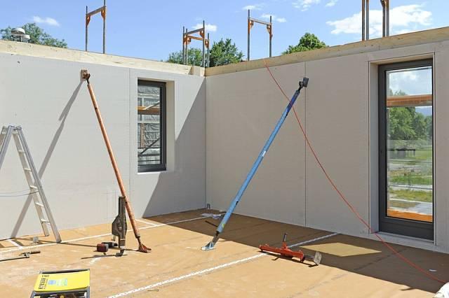 V dřevařském podniku Huber & Sohn GmbH & Co. KG Bachmehring vznikly kompletně prefabrikované prvky fasád včetně zabudovaných oken.