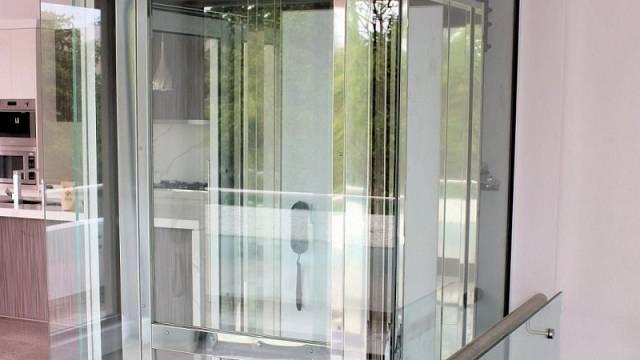 Výtah v domě instalovaný do skleněného tubusu