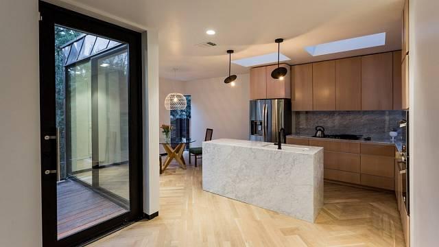 Kuchyně je v rohu - na jedné straně má jídelnu, na druhé obývací pokoj