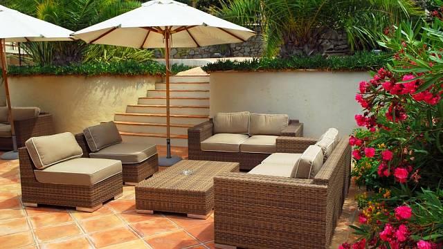 Ratanový nábytek je pohodlný, skvěle vypadá a dobře se udržuje.
