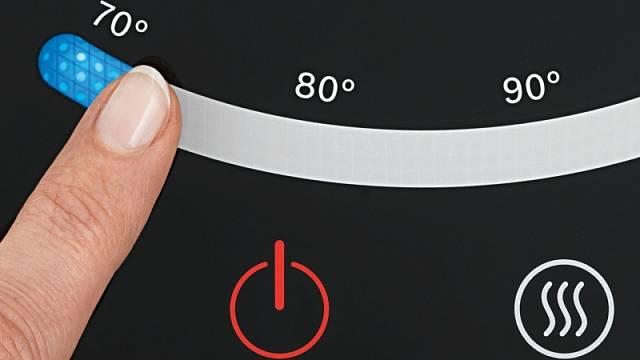 Nerezová kráska TWK7203 nabízí až 7 nastavení teploty vody a dotykový displej. Počítejte s příkonem 2200 W, cena 3190 Kč.