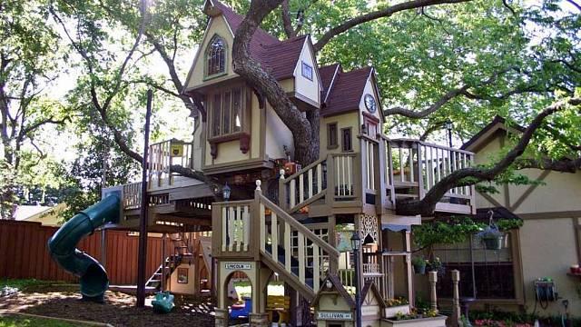 Dětský dům v koruně stromu