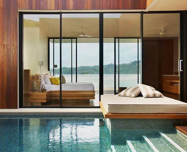 Z jedné strany moře, z druhé bazén. Uprostřed luxusní ložnice. Hotel v Argentině