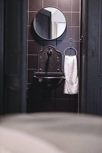 Abyste se dostali na WC se sprchou, musíte projít skrytími dveřmi ve skříni. Místnost je kompletně v černé barvě. Foto: Thomas Skovsende