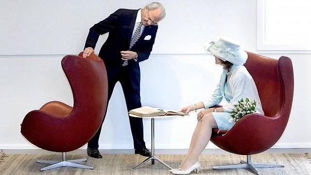 Dánský král s chotí obdivuje dílo Arneho Jacobsena