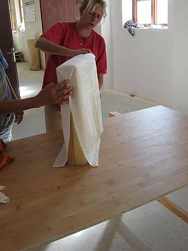 Šablonu přiložíme na sedák i opěradlo a upravíme ji tak, aby odpovídala přesně rozměrům.