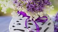 Stačí jeden stvol rozkvetlého okrasného česneku doplněného o bílé květy a stůl bude vypadat hned lépe.