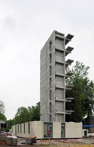 Pondělí 16. května 2011 - celá nosná konstrukce budovy je dřevěná, pouze schodišťové jádro je z důvodů ochrany proti požáru provedeno z betonu.