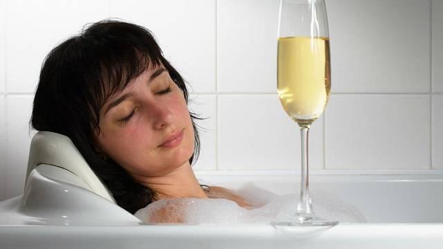 Ve vaně se šampaňským