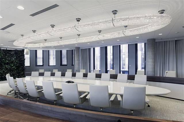 Kooperativa, Praha. Světelný objekt, který svým tvarem kopíruje ostatní prvky interiéru, je tvořen soustavou broušených skleněných perlí nasvícených pomocí LED zdrojů.