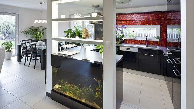 Součástí kuchyňské linky je vestavěné akvárium