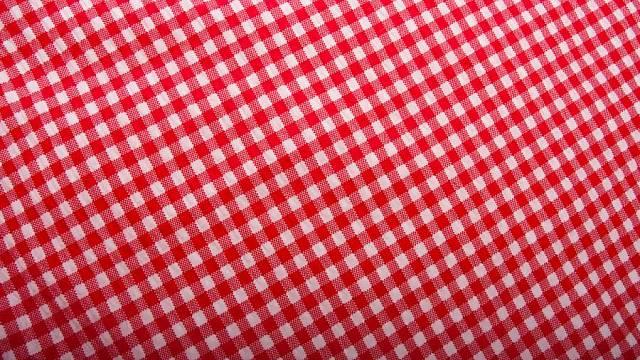 Bavlněný kanafas je ve stylové kuchyni stálicí, obzvlášť v tak nadčasovém vzoru, jako jsou červeno-bílé kostičky. V šíři 140 cm ho prodává firma Kubešová-povlečení (cena 119 Kč/m).