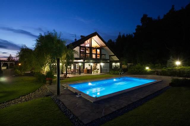 V zahradě u domu nechybí bazén.