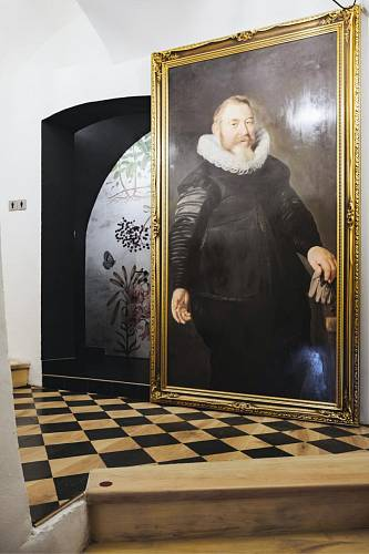 WC bistra. Dveře jsou řešené zavěšeným obrazem na skrytém posuvu. WC jsou kompletně černé, pouze jedna stěna je s tapetou dle vlastního návrhu. Foto: Thomas Skovsende