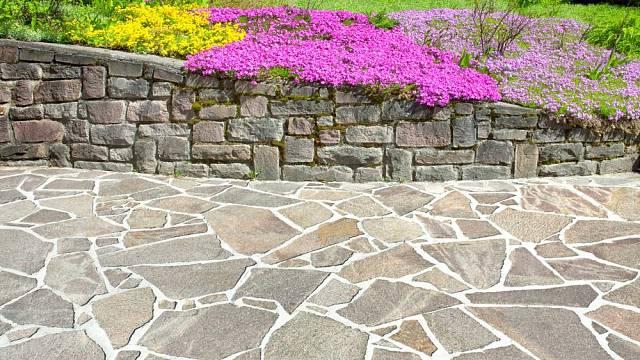 Dlažba z přírodního kamene