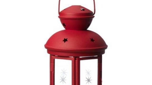 Drobné dekorativní doplňky mohou rozvíjet ústřední barvu kuchyňských dvířek, nesmí jich být ovšem moc. Červená lucerna Rotera na čajovou svíčku vykouzlí intimní atmosféru pro společné stolování. Prodává Ikea (cena 79 Kč).