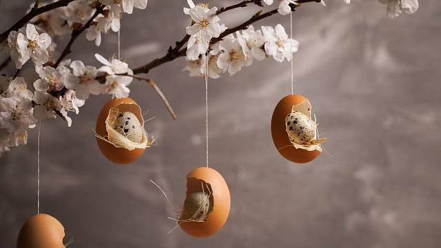 Vejce ve vejci – originální dekorace, kdy ze slepičího vejce vytvoříte hnízdečko pro křepelčí vajíčka.