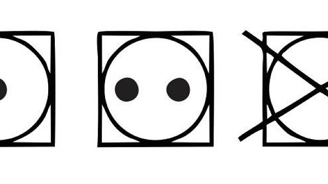 Piktogram sušičky: jedna tečka povoluje sušení jen při nižších teplotách, dvě tečky znamenají, že můžete teplotu zvýšit. Přeškrtnutý symbol sušičky doporučuje prádlo sušit raději na šňůře.