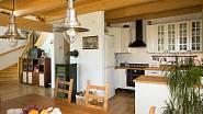 Krbová kamna navozují příjemnou atmosféru moderního venkovského domu