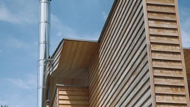 Architektonicky zajímavé jsou nerezové komíny od Schiedelu.
