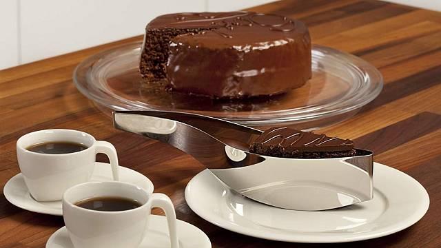 Nůž na krájení a servírovací lžíce na dort v jednom. Elegantní a jednoduché, s ostrými hranami, které nakrájí dost naprosto přesně a kvalitně.