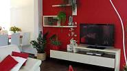 V obývací části se kombinují pouze dvě barvy - bílá a červená.