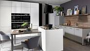 Další řešení rohové kuchyně s mezerou doplňuje varný ostrůvek.