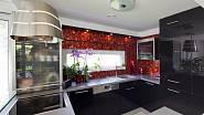 Lakovaná černá kuchyně