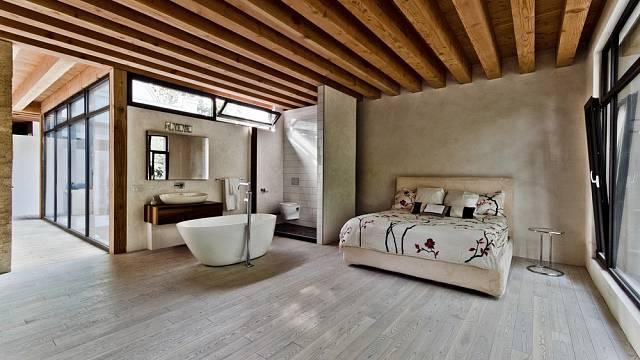 Ložnice s koupelnou a toaletou v jednom