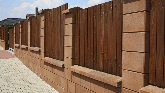 Betonové ploty můžete kombinovat i s kovem nebo dřevem. Perfektně ho tak sladíte s domem a s okolní zástavbou.