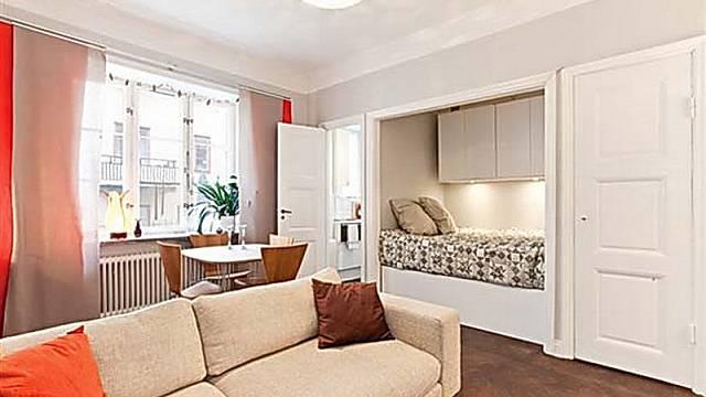 Mezi vstupem do chodby a vstupem do koupelny může být prostor využit i vloženou postelí
