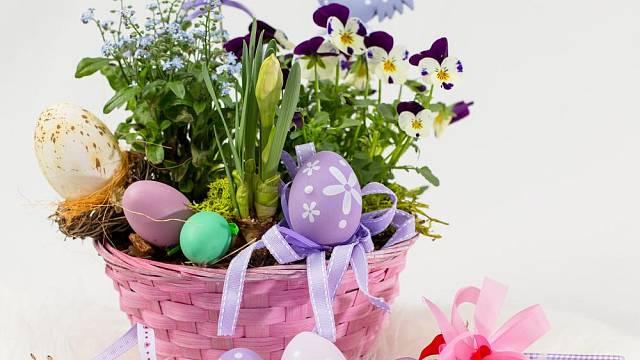 Barevná kompozice jarních květin a kraslic vypadá vesele a něžně. Místo macešek nebo pomněnek můžete zvolit hyacinty, zakrslé tulipány a jiné květiny.