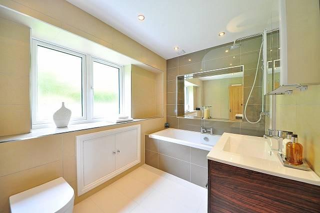 Pokud máte koupelnu s oknem, nechávejte ho často otevřené, nebo nechte otevřené alespoň dveře a větrejte domácnost, abyste snížili vlhkost v bytě.