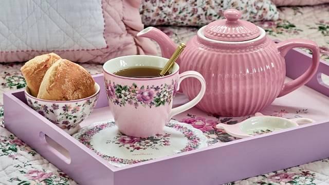 Hrnek, miska a mini-talířek na čajové sáčky kolekce Marie jsou z porcelánu, čajová konvice a talíř z keramiky, cena například misky 324 Kč.