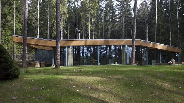 Vila je zasazena mezi vzrostlé stromy