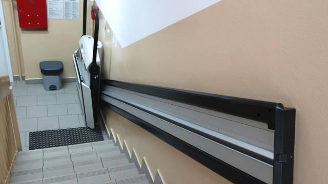 Plošiny, jak je známe všichni. Na stejném principu ale mohou pracovat i v čistě vertikálním směru, kdy prakticky nemusí být rozeznatelné od výtahu.