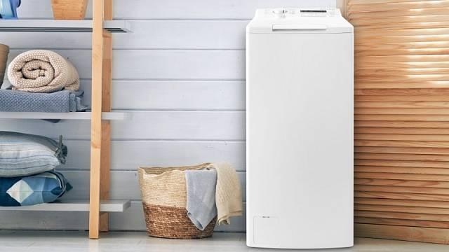 Vrchem plněná pračka PLD 12753 QTL mimo jiné disponuje programem na eco bavlnu a programem zaměřeným na čištění bubnu, cena 9900 Kč.