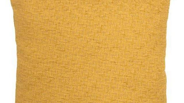 Výrazné barvy polštářků příjemně oživují nastavené decentní barevné schéma. Žlutý polštářek Mojo T oker 45 x 45 cm prodává www.thepillowheaven.cz (cena 459 Kč), červený Caramba se sametovými pruhy a rozměry 50 x 50 cm má v nabídce www.designovepolstare...