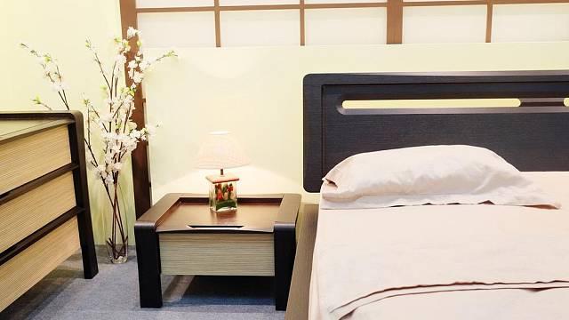 I v minimalistickém interiéru je prostor pro jednu až dvě dekorace, například živé květiny.