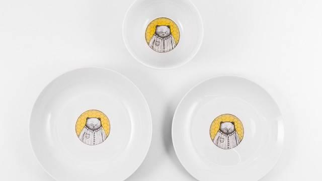 Jídelní set pro jednoho se skládá z misky, mělkého a hlubokého talíře, cena 890 Kč Fler.