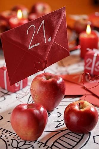 Adventní kalendář z obálek a balíčků