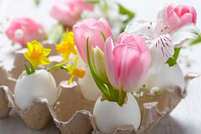Nežné vázičky vytvoříte ze skořápek. Menší kvítky můžete vložit po dvou i třech, větší květy po jednom, aby skořápky nepopraskaly.