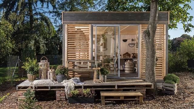 Zahradní domek natřete tenkovrstvou lazurou Primalex, která dřevo ochrání před povětrnostními vlivy a nepřízní počasí.