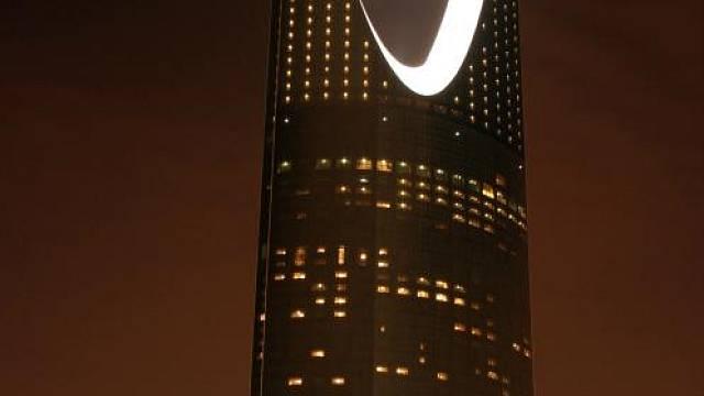 Kingdom Centre je nejvyšším mrakodrapem světa s méně než 50 podlažími. Nízký počet pater způsobila přísná vyhláška města Rijád, která zakázala výstavbu budov s více než 30 obytnými patry. Proto má tento mrakodrap, který měří 302 metrů, pouze 30 obytnýc...