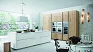 Když si nevíte rady - bílá. Když si stále nevíte rady - dřevěný dekor. Dejte to dohromady a máte super kuchyni.