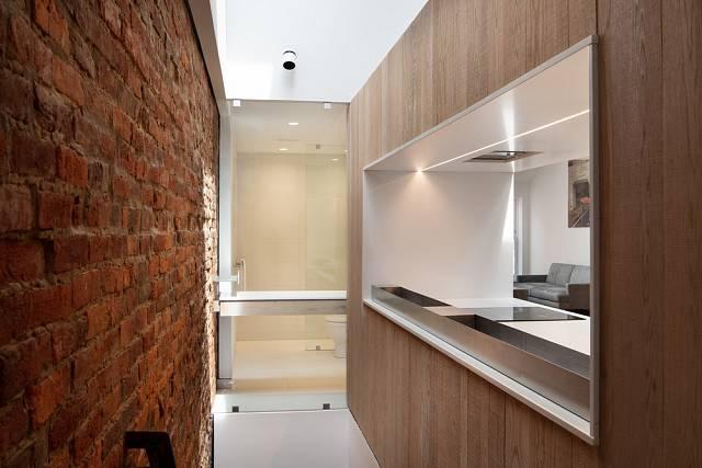 Za kuchyňskou linkou je přístupové schodiště.