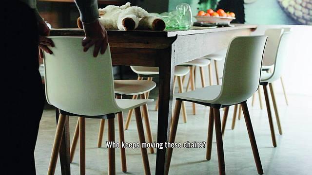 Jasper Morrison vytvořil reinterpretaci multifunkční skořepinové židle s výrazně moderním vzhledem. Tvar židle HAL zajišťuje velkou volnost pohybu a lehce elastický plast umožňuje různé varianty sezení, třeba i stranou nebo obkročmo. Velký výběr základ...