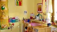 Při zařízování pokoje dodržovali majitelé školu formu - stůl je umístěn tak, aby mělo dítě krytá záda