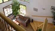 Díky velikým oknům má schodiště i galerie plno přirozeného světla
