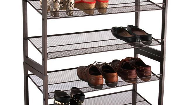 Odložit boty na takové police je ideální, ale není to moc pěkné. Lepší je tak podobný systém umístit do komory